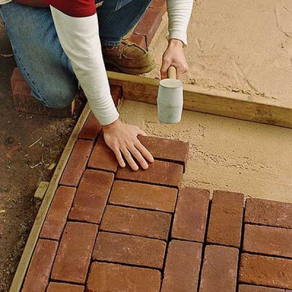 Laying pavers in the shape of dimensions 100 x 70 cm