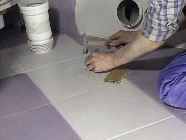 Application of notches on the tile in place of the future installation of a toilet bowl