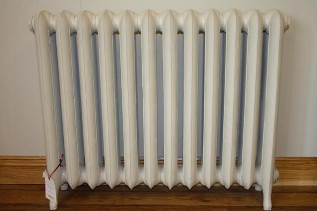 Cast iron radiator equipped with a stand - legs