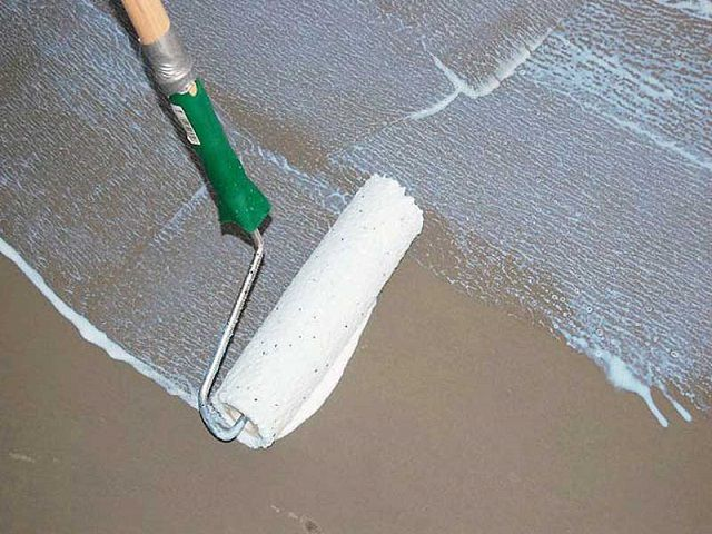 Priming the floor surface
