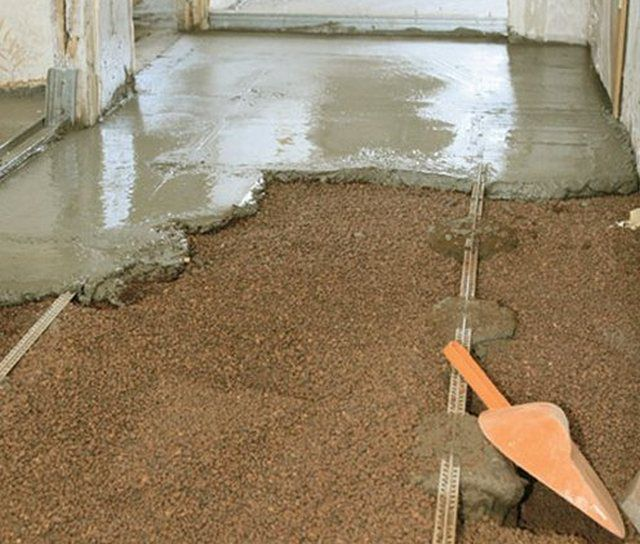 floor screed with expanded clay with their hands