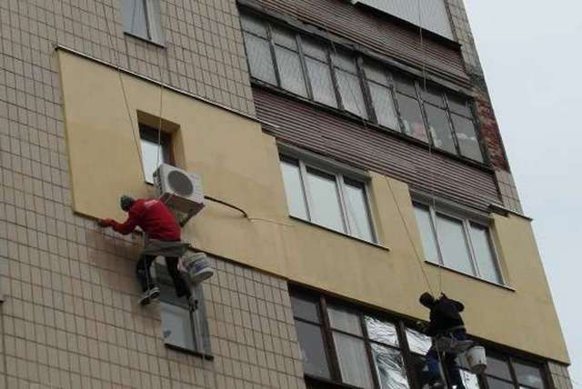 External wall insulation in apartment buildings require special equipment or specialists in industrial mountaineering