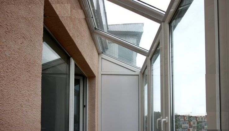 Glazing with dependent transparent roof