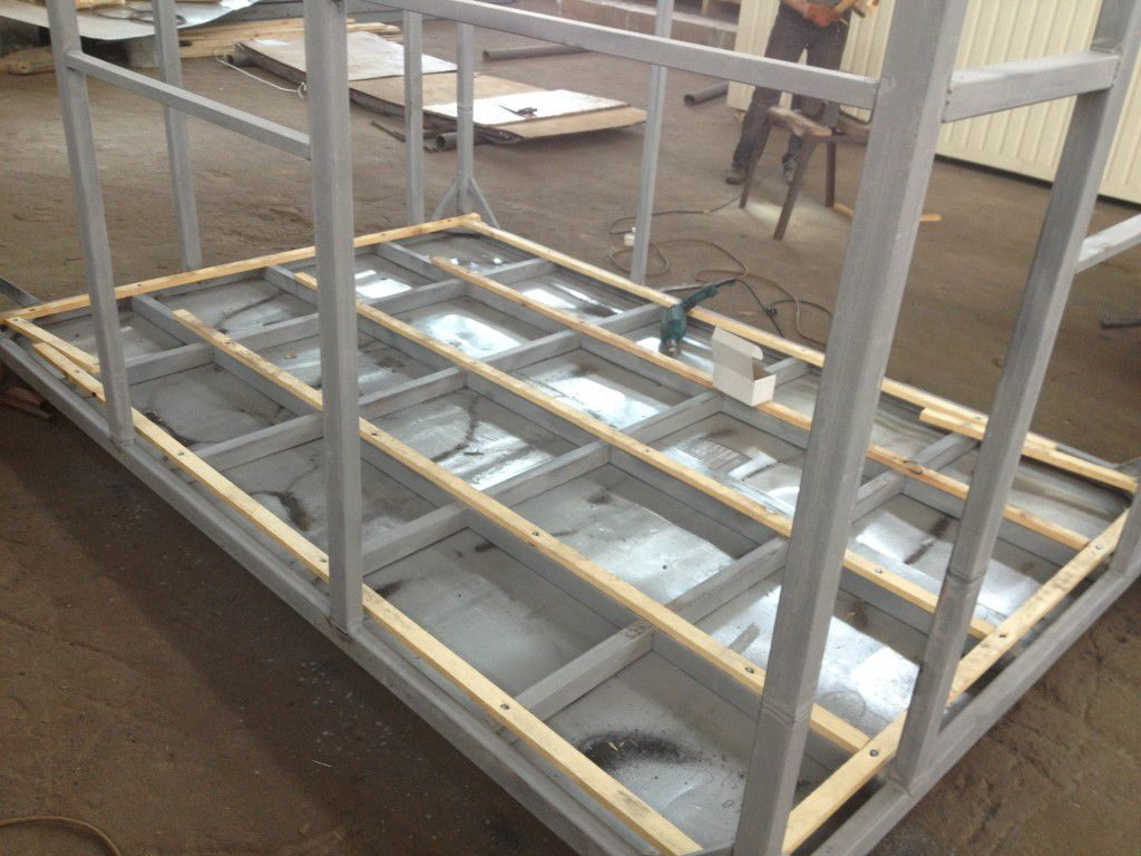The bottom floor is wired steel sheet .mounted rack