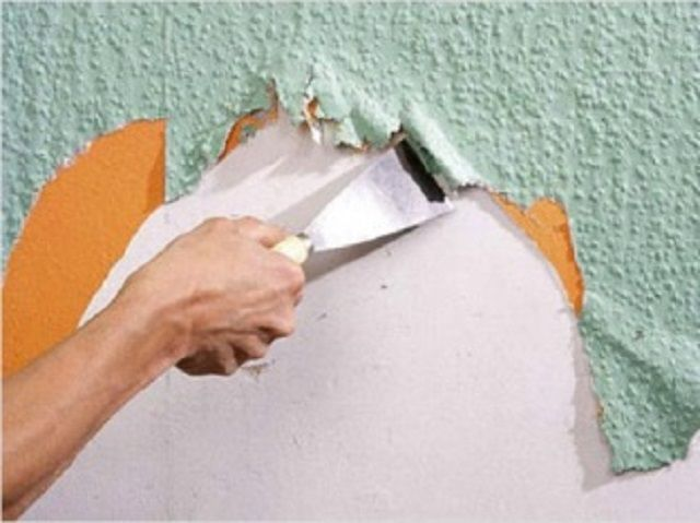 Cleaning the walls of old wallpaper