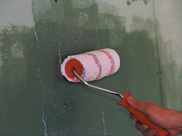 Application of primer on the surface of the walls