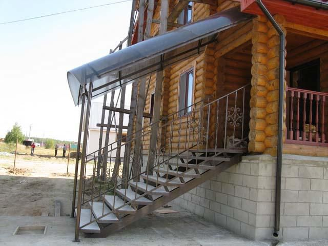 Metal roof - porch with a canopy made ​​of polycarbonate