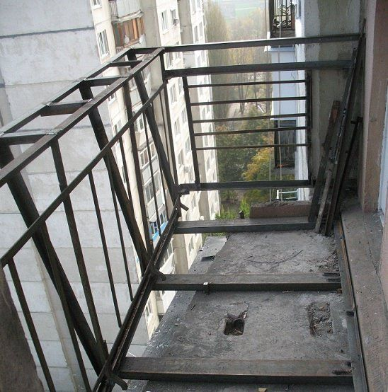 Before starting work, should very carefully check the condition of the balcony slabs , the integrity of all its structures