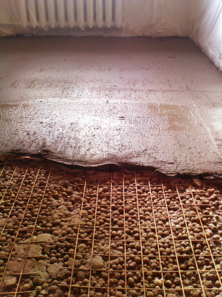 The screed is laid directly on the expanded clay , without additional insulation