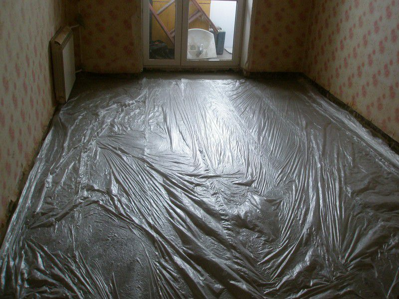 When on the surface can already be carefully go through the entire area of ​​the screed must be protected with foil or Gidrobarer
