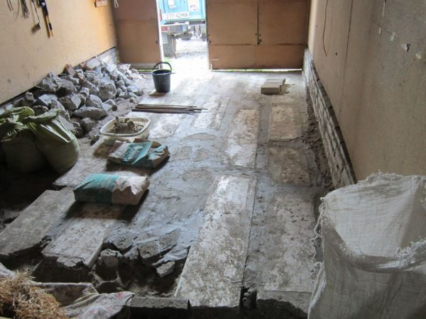 We spread the concrete slabs and the space between them is filled with concrete and rubble stone