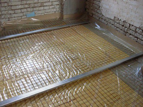 Above the insulation is laid reinforcing mesh and installed beacons for screed