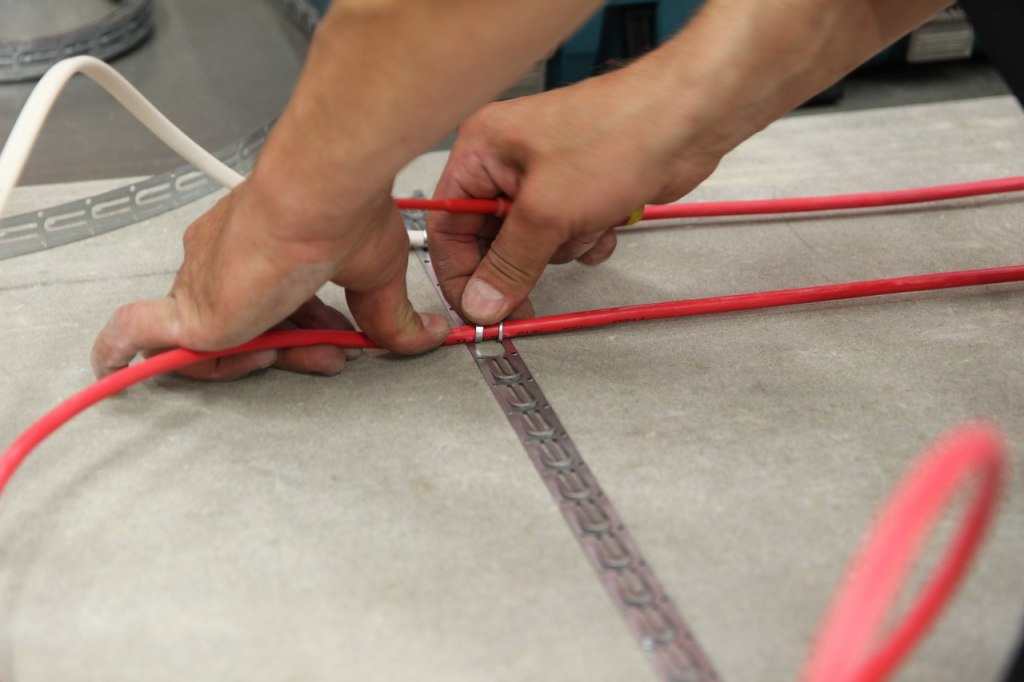 Installation of cable underfloor heating