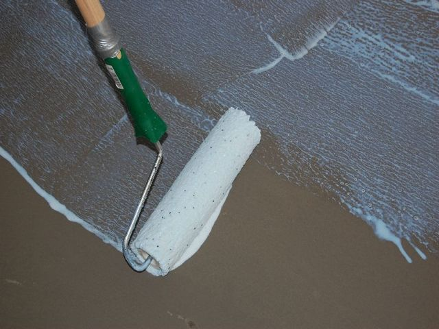 Application of a primer on the surface of the floor