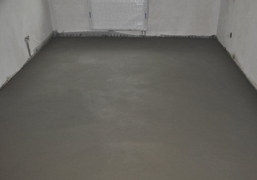 Leveling cement screed