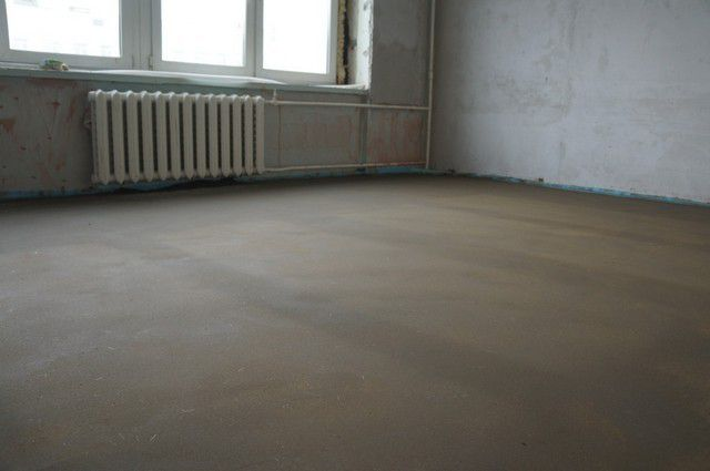 Concrete floor screed with their hands