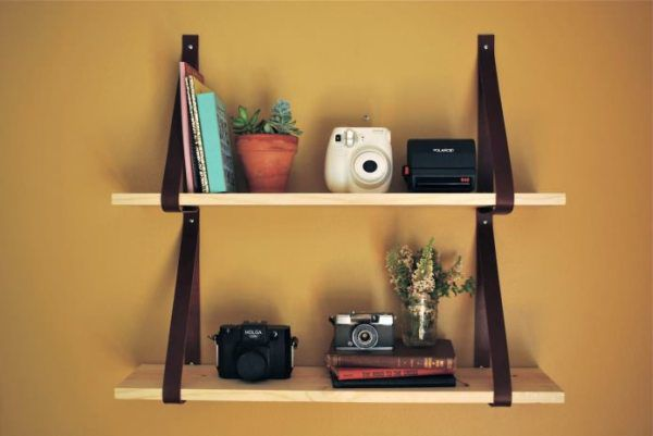 Shelf mounted on belts