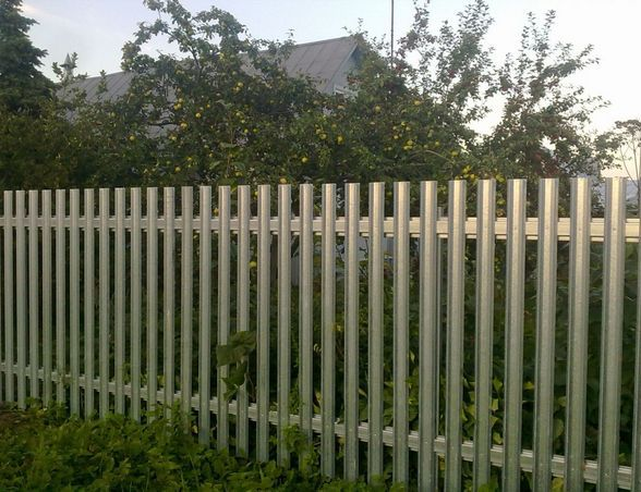 Lightweight metal picket fence