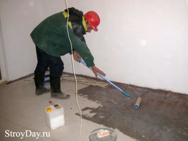 The process of applying the primer on the floor ( floor primer )