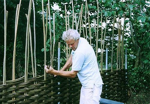 How to weave the fence of the vine