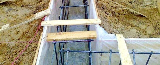 It is more expedient to provide a layer of waterproofing membrane on the inner walls of the formwork