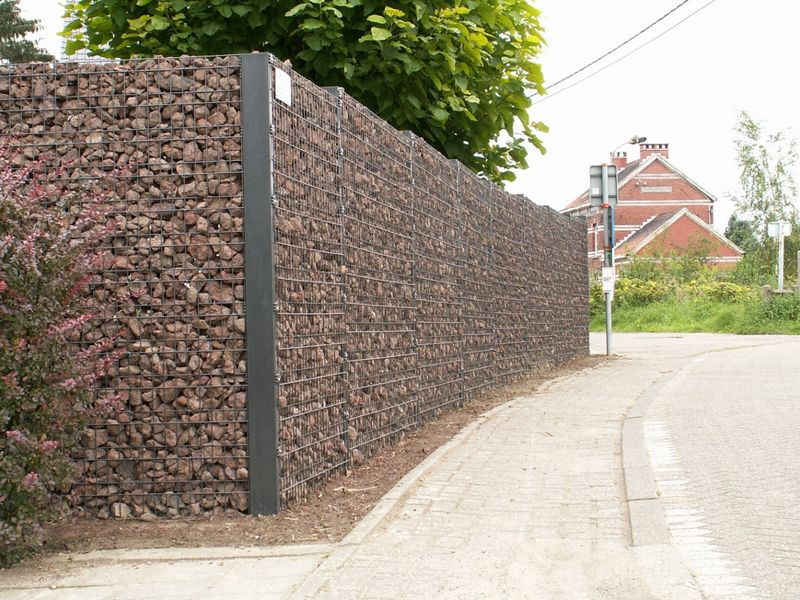 The advantage of such simplified gabion fences are the high aesthetic characteristics