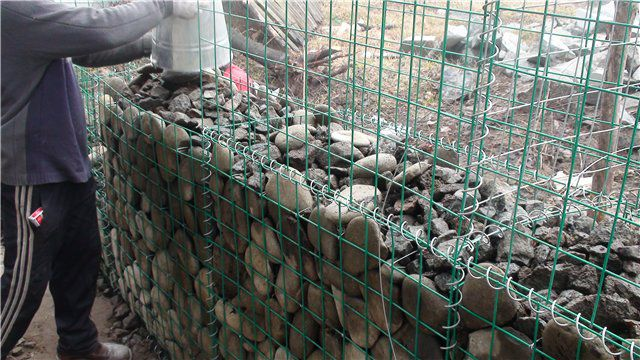 The process of making a fence of gabions