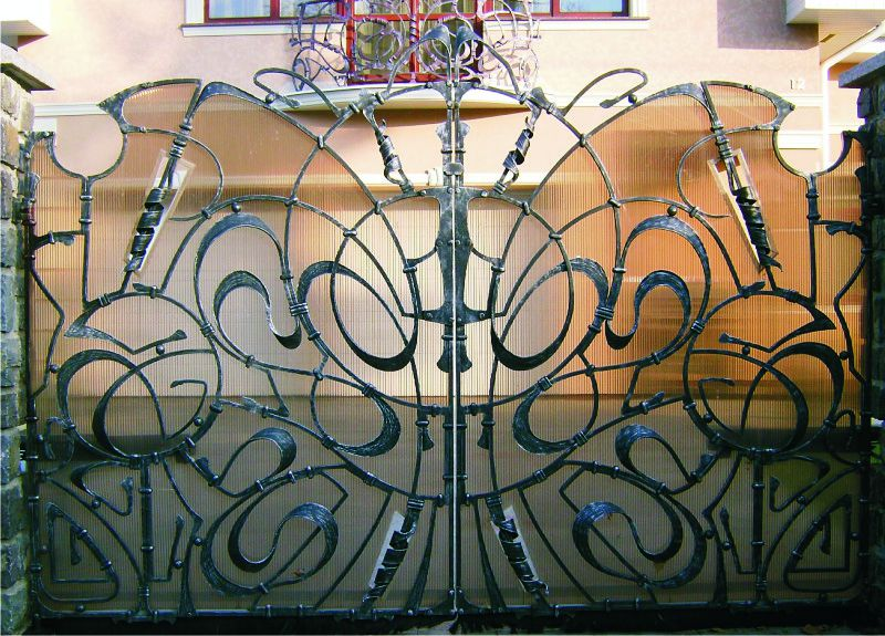 Welded fence with polycarbonate