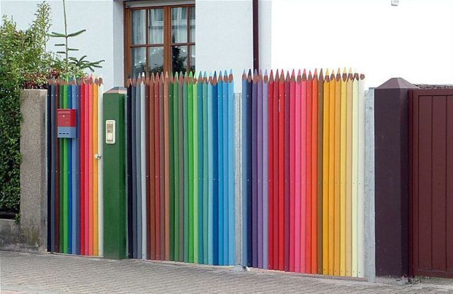 "Palisade of the "" crayons "" , an unusual color scheme"