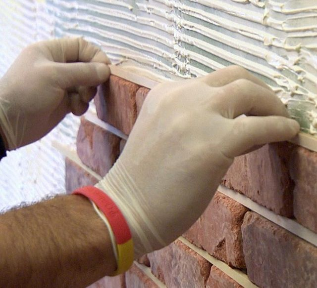Curing a single thickness of the seams between the tiles with the help of the gauge rails