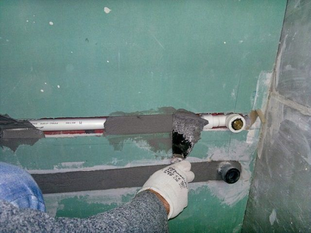 Sealing pipe plaster solution