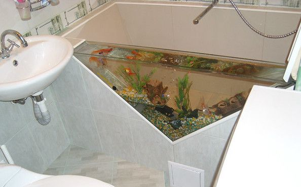 Installation of acrylic bathtubs with their hands