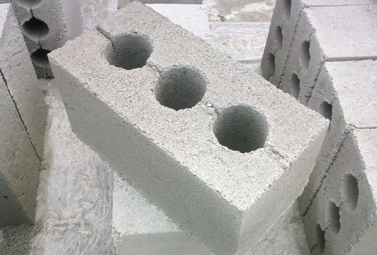 Production of cinder blocks with their hands