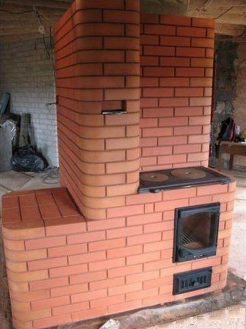 Heating and cooking stove - a multifunctional massive construction