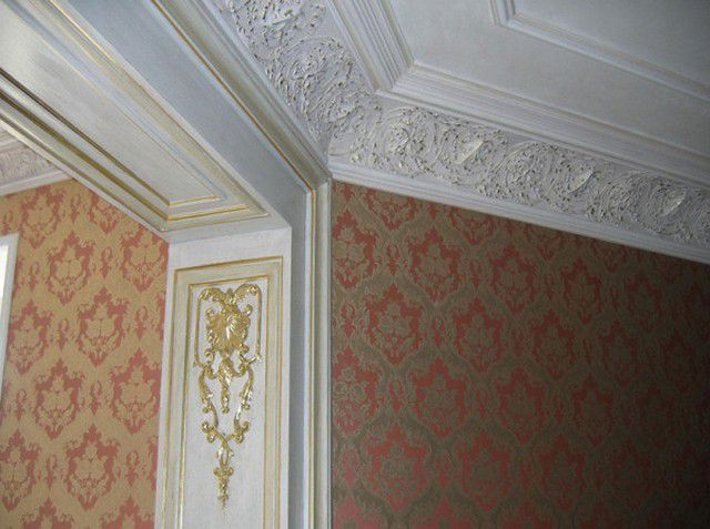 Ceiling plinth made ​​of natural gypsum - severe and even pose a danger