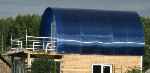 For small size bathhouse like roof made ​​of polycarbonate - the perfect solution
