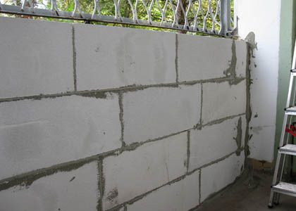 Parapet of foam blocks