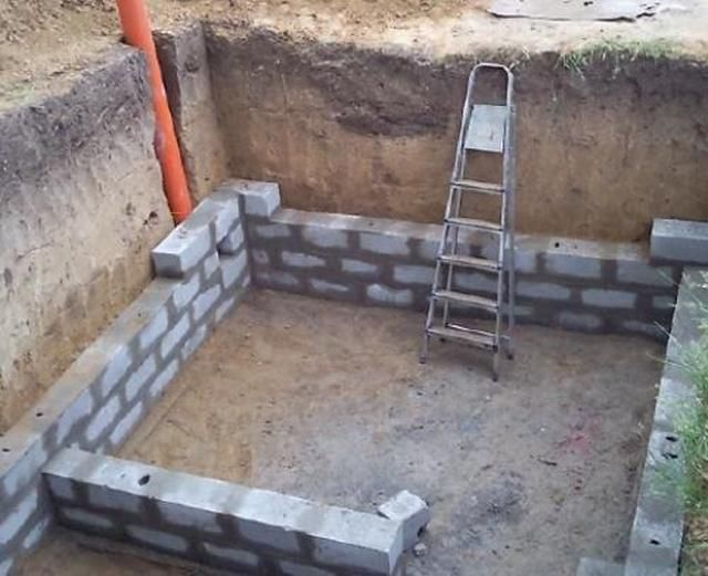 The construction of the cellar walls.Immediately provides ventilation pipe