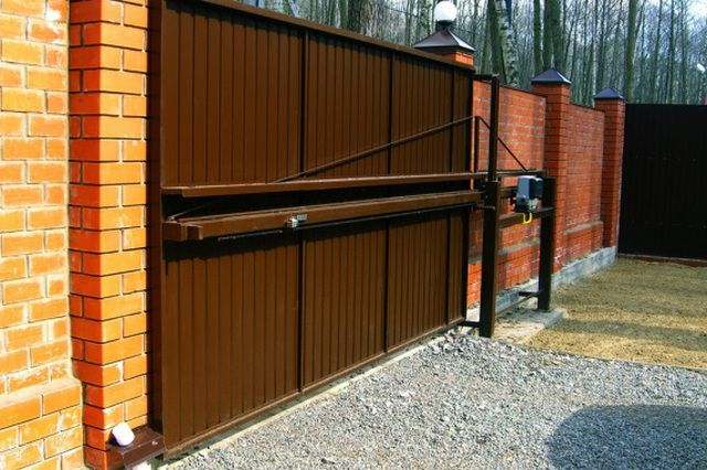 Cantilever gates with central beam location