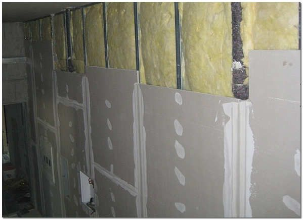 Soundproof walls with mineral wool and plasterboard