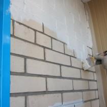 Peindre le mur de briques sur le balcon build daily - Peindre un mur en brique ...