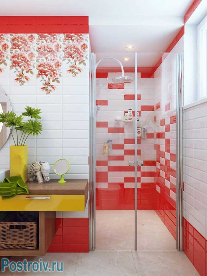 Red interior bathroom for the charge of cheerfulness in the morning