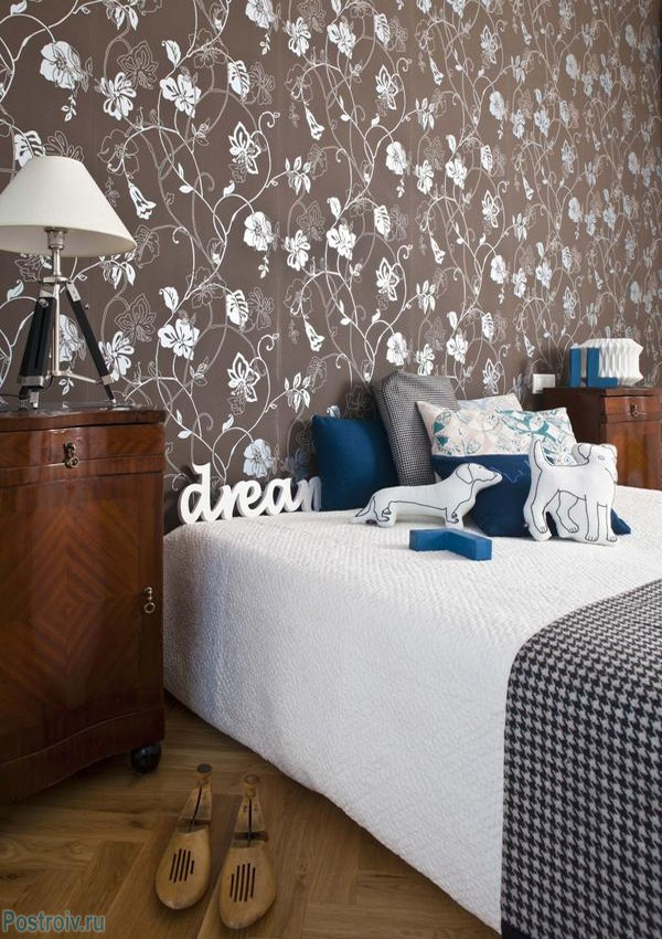 Brown wallpaper with flowers in the bedroom .A photo