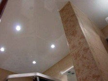 White glossy ceiling in the bathroom with the ceiling lights