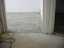 Self-leveling floor screed under