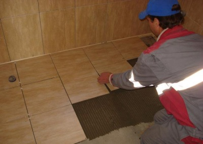 Laying tiles on the screed