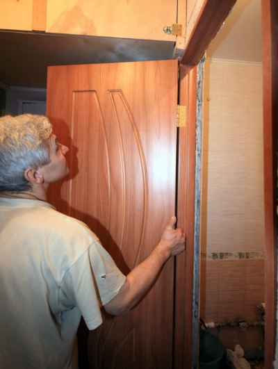 Installation of doors in the bathroom