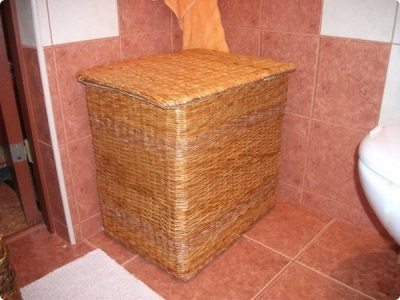 Laundry basket from newspaper tubes in bathroom