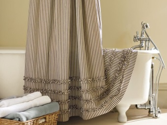 Fabric bi-colored curtains in the bathroom - care for them