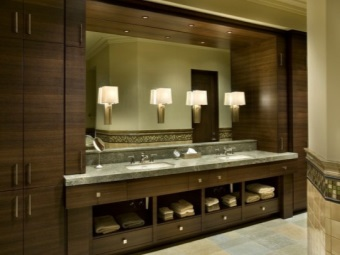 Vertical wall lamp for bathrooms